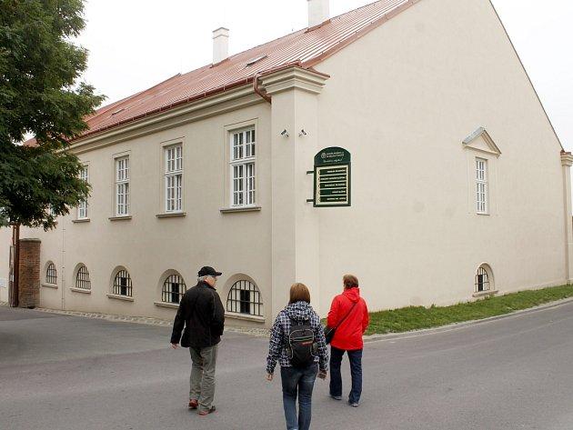 V budově přiléhající k jízdárně Louckého kláštera se propadl strop.