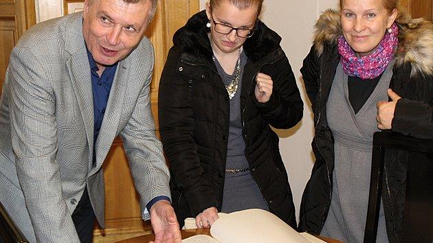 Návštěvníci si prohlédli kancelář starosty i netradičně červeně psanou kroniku