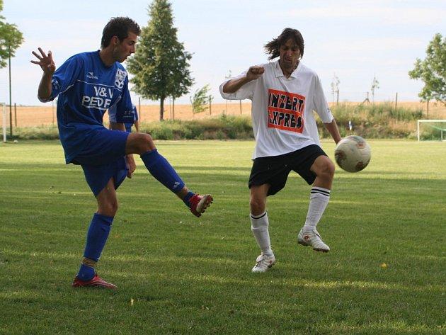 Milan Samek (vpravo) jako hrající asistent vsítil jednu branku. Na snímku se snaží záložníkovi 1. SC zabránit v rozehrávce.