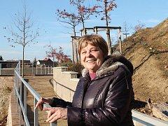 Hana Matochová v obecní zahradě u Havranova domu, kterou chce letos starostka dokončit a otevřít.