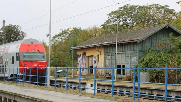 OBRAZEM: Bývalé sklady v Šatově hyzdí nádraží. Mají zmizet
