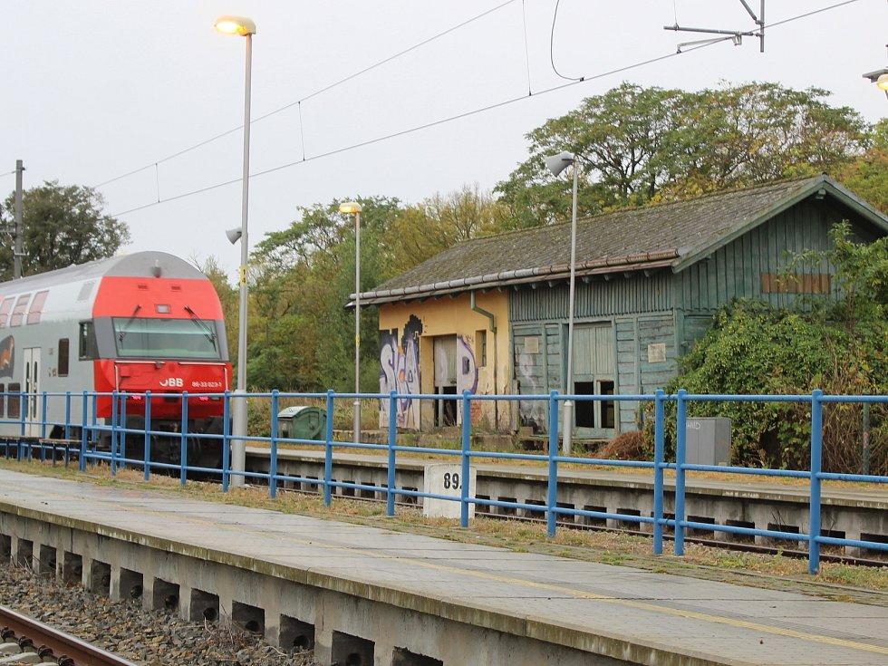 Kolem rozpadajících se budov skladů ve stanici Šatov jezdí denně mezinírodní vlaky.