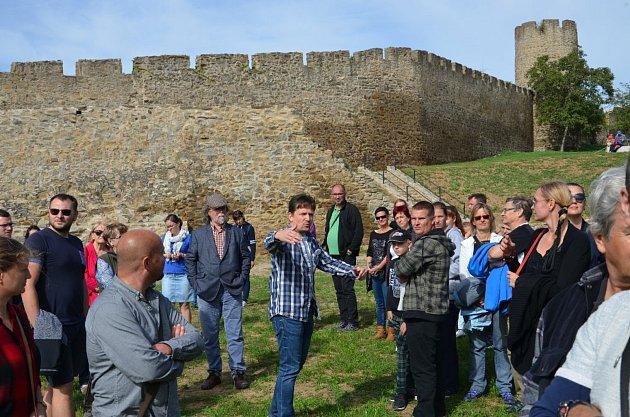 Historik Jiří Kacetl provází zájemce po znojemských hradbách.