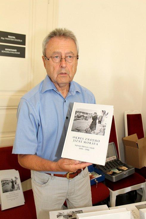Zcela zaplněný sál Znojesmké Besedy se zajímal o novou publikaci o vyhnání Němců z regionu v letech 1945-1946.