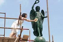 Zrestaurovaná bronzová socha Niké z Kopalova pomníku se vrátila na své místo.