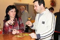 Sto jedenáct vzorků vín, vyrobených z třiceti odrůd, mohou ochutnávat milovníci zlatavého moku v Louckém klášteře, kde se koná další Znovínský košt.