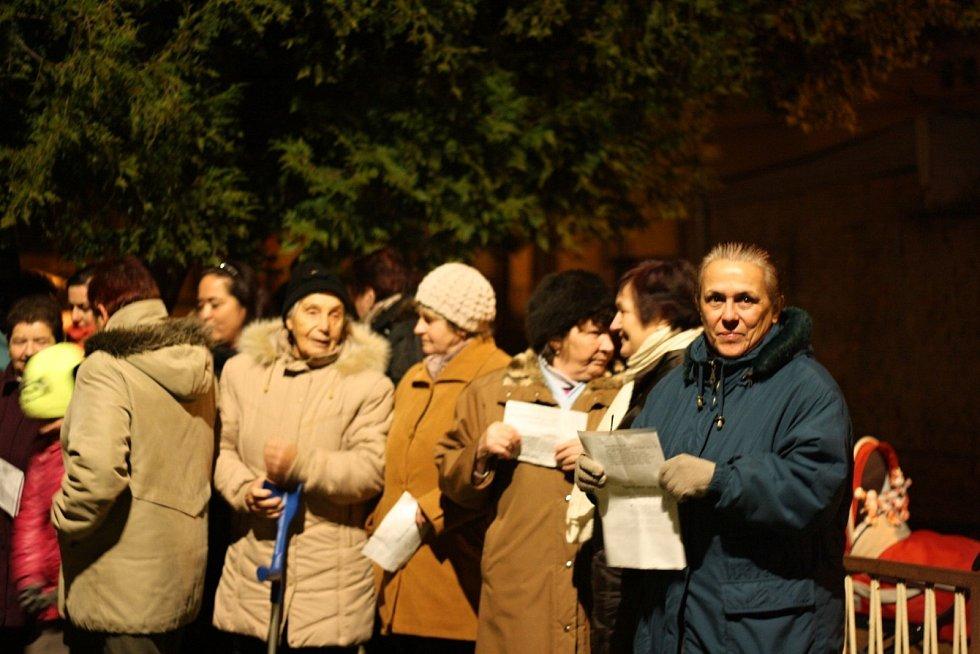 K akci Česko zpívá koledy se připojili i obyvatelé Hrabětic, kteří si zazpívali pod tamním vánočním stromem.