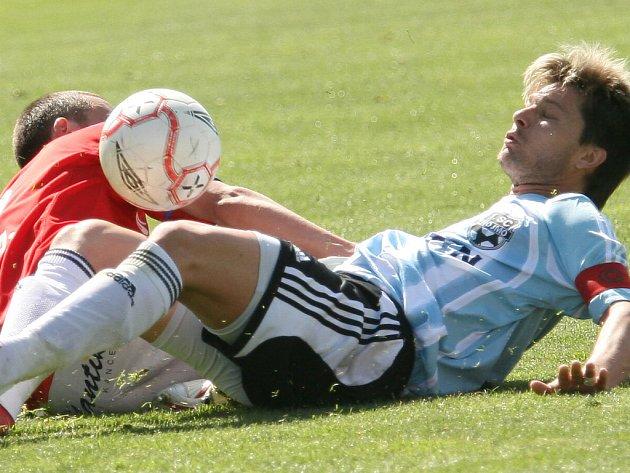 V boji o míč je s kapitánskou páskou znojemský Todor Yonov a brněnský Martin Hanák.