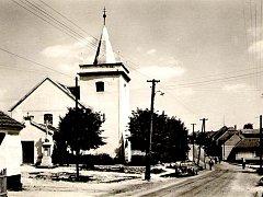 Snímek z roku 1950 zachycuje jednu z dominant Jamolic - místní kostel Nanebevzetí Panny Marie.