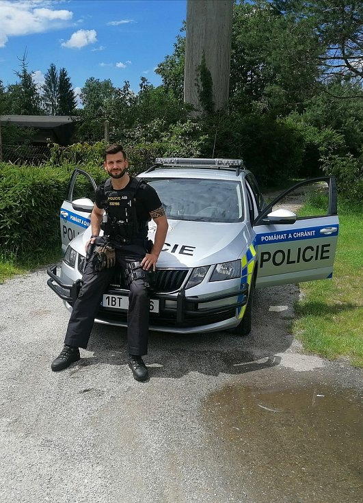 Devětadvacetiletý David Kremeň z Miroslavi na Znojemsku se koncem roku stal Mužem roku 2020. Teď pomáhá policista na covidovém ARO ve Znojmě.