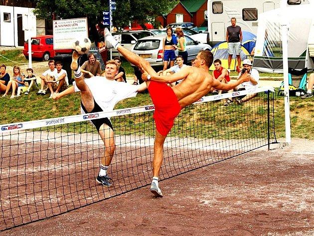 NOHY VE VZDUCHU. Doslova akrobatické kousky předváděli jak amatérští nohejbalisté, tak i profesionálové. Vítězství v obou turnajích Vranovského léta si nakonec připsali hráči, jenž oblékají reprezentační dres.