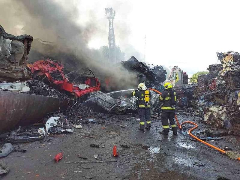 Hasiči už dostali požár v kovošrotu pod kontrolu.