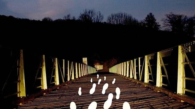 """Rakouská umělkyně Eva-Maria Raab vyzývá obyvatele Znojemska a okolí Retzu, aby jí poslali otisky svých bot. Ve svém projektu """"Překročení hranice"""" je pak v červnu instaluje na most přes Dyji v Hardeggu."""