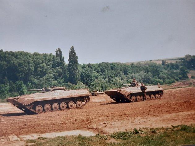 Na vojně vroce 1998.Na cvičišti vMikulově Tomáš řídil BVP, tedy bojové vozidlo pěchoty. Foto: Archiv Tomáše Hájka