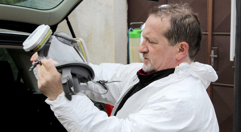 Kurníky, voliéry a další místa, ve kterých měli chavetlé v Moravském Krumlově ještě v lednu své slepice či pávy, dezinfikovali 9. března pracovníci specializované firmy.