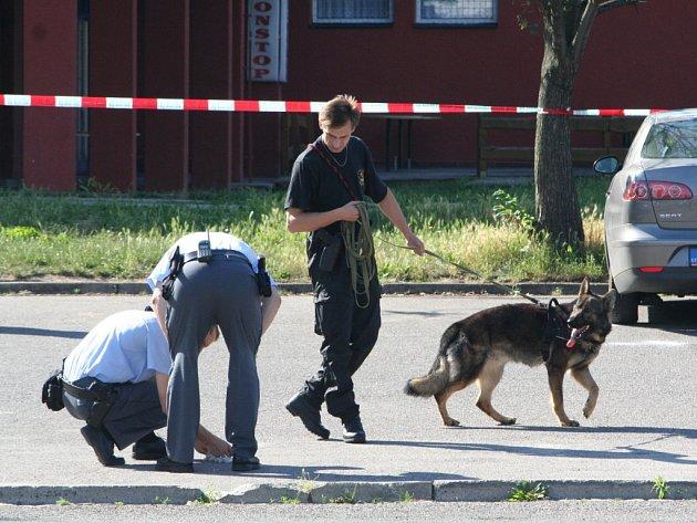Policie zjišťuje stopy na místě, kde se před pár hodinami stala vražda
