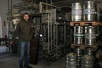 ZNOJEMSKÉ LIMONÁDY. Firma Mona vyrábí okolo sto padesáti druhů výrobků. Do lahví je plní na lince (na snímku vlevo před ní stojí ředitel Petr Masopust) v Příměticích.