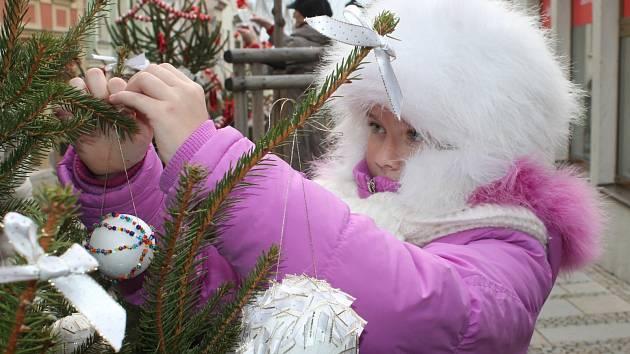 Sváteční atmosféra v Obrokové ulici v centru Znojma.