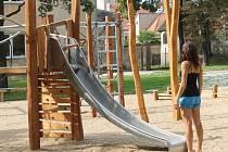 Nové hřiště v Dolním parku nabízí vyžití spíše školákům, menší děti maji na výběr houpačky nebo pískoviště umístěné za mřížemi.