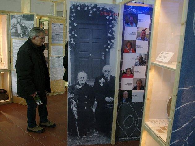 Fotografie a předměty připomínající okolnosti odsunu roku 1945 a následném životě za hranicemi třiceti pamětníků.