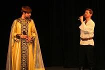 S brněnskými herci vystoupili v divadle i studenti znojemského gymnázia.