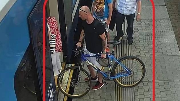 Po muži na snímku pátrají břeclavští policisté v souvislosti s krádeží jízdního kola.