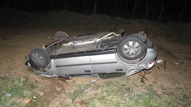 Noční nehoda u Lechovic. Auto skončilo na střeše.