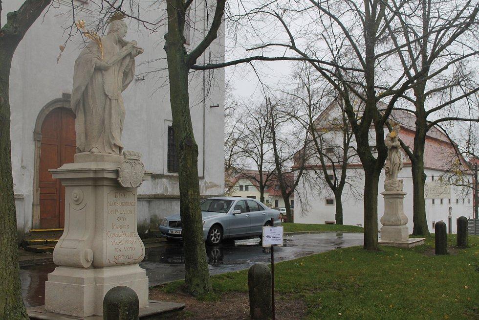 Jevišovice do soutěže poslaly dvojici restaurovaných soch před kostelem.
