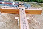 Pětimetrový dubový kříž postavili obětem covidu lidé ve Vedrovicích na Znojemsku. Je obdobou morového sloupu.