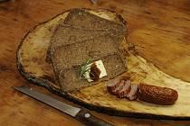 Žaludy nasbírané při procházce mohou posloužit jako surovina pro přípravu chutného žaludového chleba.