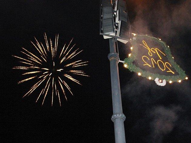 Nový rok uvítal v centru Znojma poprvé profesionální ohňostroj.