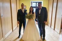Myšlenky na výsledky voleb a nervozitu rozptyloval Tomáš Třetina oddáváním svatebčanů.