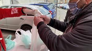 Bezdomovcům ve Znojmě dávali polévku