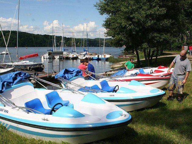 Na vranovské přehradě mohou návštěvníci od víkendu začít jezdit na elektrických člunech.
