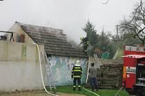 Kvůli ohni v přístřešku stodoly vyráželi do Šumné i hasiči ze Znojma.