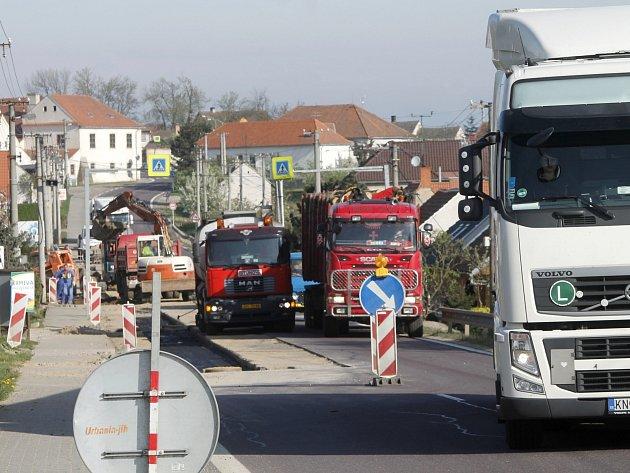 Už od prvního května by se v Pavllicích na hlavním tahu ze Znojma do Jihlavy měly přestat tvořit kolony aut. Končí opravy silnice po kanalizaci.