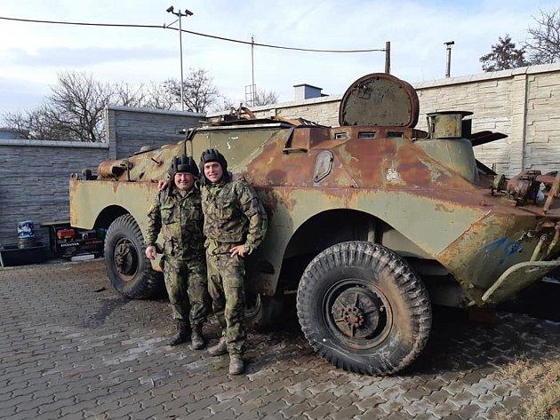 Petr Prokeš a Petr Komínek opravují obrněné vozidlo, chtějí ho vystavit usvého bunkru uvsi Dyje.