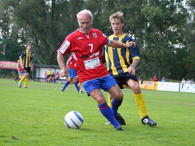 František Veselý (u míče) v zápase Internacionálů.
