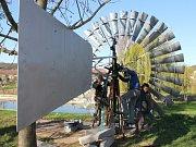Ve Vedrovicích se znovu objevilo kolo s dvaatřiceti lopatkami. Repliku známého větřáku, který zde poprvé vyrostl před sto lety, nechala obec nově vyrobit.