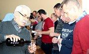 Stovky lidí zavítaly 1. dubna do sálu sportovní haly ve Višňové. Zlákala je jubilejní 40. výstava vín.