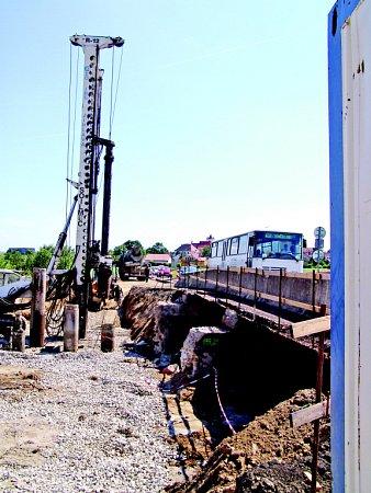 Vtěchto dnech pracují dělníci na mostě mezi Prosiměřicemi a Vítonicemi, který je ve špatném stavu. Vmístě vznikne zcela nový most. Stát bude osmnáct milionů korun.
