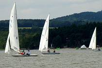 Jen tři rozjížďky umožnil při Mistrovství ČR lodní třídy Star slabý vítr na Máchově jezeře.