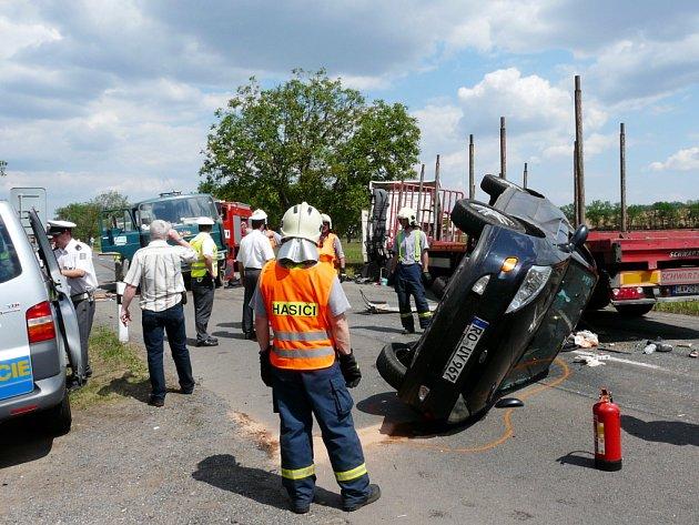Při autonehodě u vesničky Kašenec nedaleko Miroslavi zahynul řidič kamionu se slovenskou státní poznávací značkou.