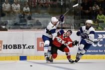Hokejisté znojemských Orlů (červení), nastupující v rakouské soutěži ICEHL sehráli druhé srpnové úterý přátelské utkání proti extraligové Kometě Brno.