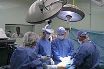 Ortopedická operace přenášená internetem