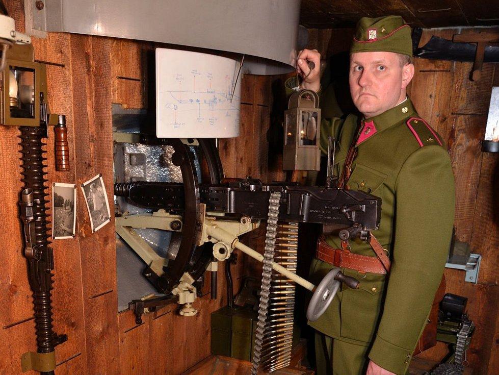 Martin Černý při výkladu o vnitřním uspořádání bunkru.