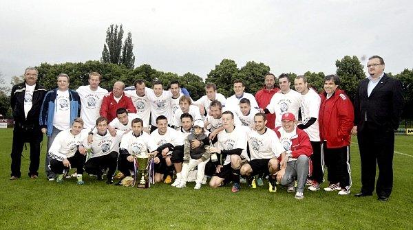 Znojemští fotbalisté po utkání sPardubicemi obdrželi pohár pro vítěze FNL.