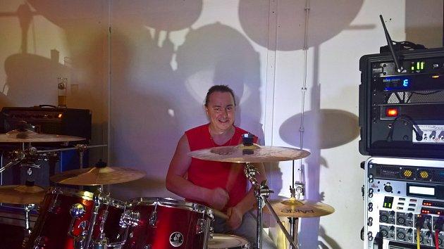 Roman Kotáb za svými bicími.