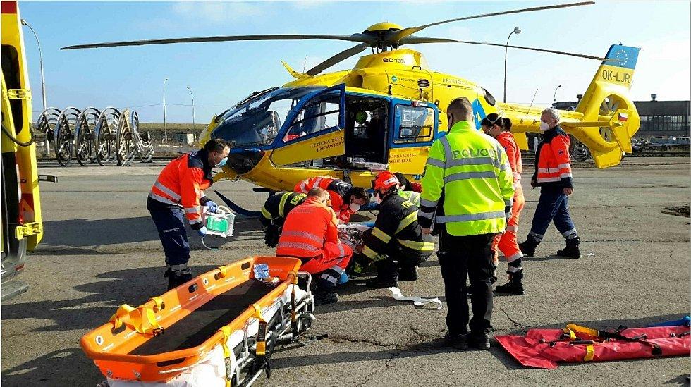 Zraněného muže zachraňovali hasiči z čtyřicetimetrové hloubky poblíž Hrušovan nad Jevišovkou.