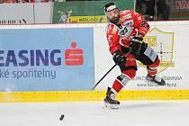 Hokejista Tomáš Svoboda zůstal ve Znojmě. Sezonu však trávil i v extraligové Kometě Brno a prvoligových Litoměřicích.
